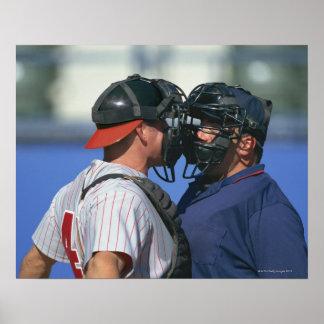 Discusión del colector y del árbitro del béisbol póster