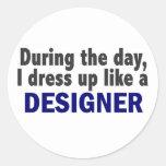 Diseñador durante el día etiqueta redonda