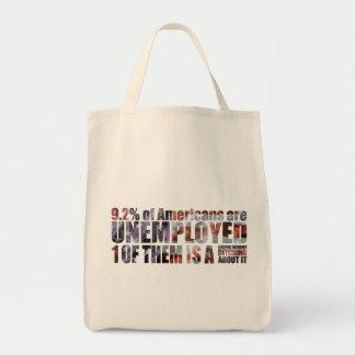 diseñador gráfico parado bolsa tela para la compra