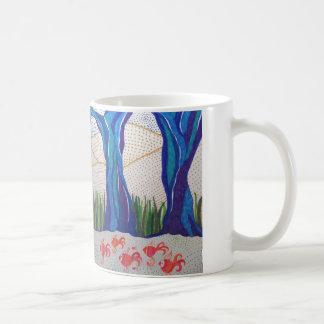 Diseño abstracto azul del árbol y de los pescados taza básica blanca