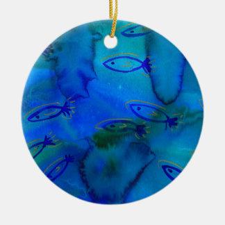 Diseño acuoso de los pescados adorno navideño redondo de cerámica