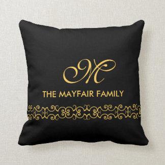 Diseño adornado del monograma de la familia del cojín