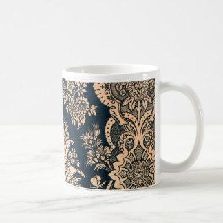 Diseño afiligranado floral de la suposición del taza de café