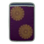 Diseño amarillo del cordón con el fondo púrpura fundas MacBook