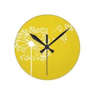 Diseño amarillo del diente de león reloj redondo mediano