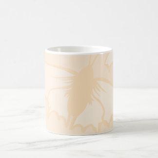 Diseño anaranjado claro de la mariposa del color taza clásica