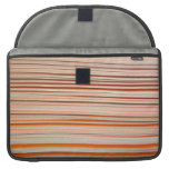 Diseño anaranjado y blanco de la raya ondulado funda para macbooks