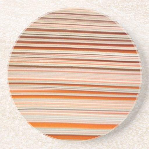 Diseño anaranjado y blanco de la raya ondulado posavasos personalizados