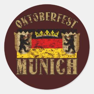 Diseño apenado Munich de la mirada de Oktoberfest Pegatinas Redondas