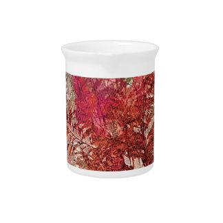 Diseño artístico de las hojas decorativas jarra de beber