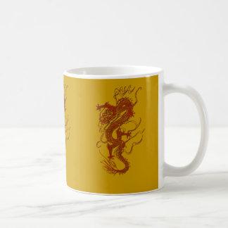 Diseño asiático del arte del dragón rojo taza clásica