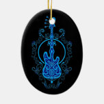 Diseño azul complejo de la guitarra baja en negro ornamento de navidad