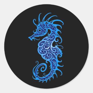Diseño azul complejo del Seahorse en negro Pegatina Redonda