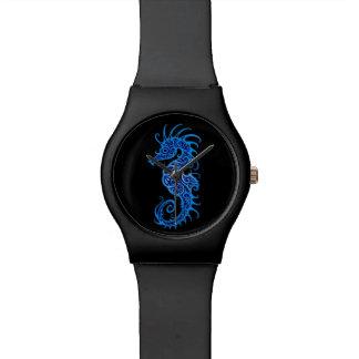 Diseño azul complejo del Seahorse en negro Relojes