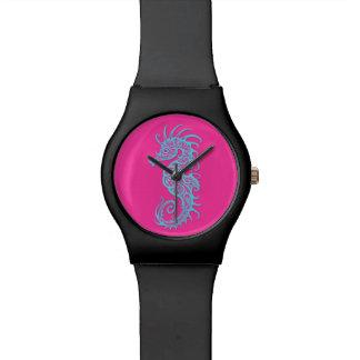 Diseño azul complejo del Seahorse en rosa Relojes
