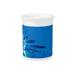 Diseño azul de las flores jarra para bebida