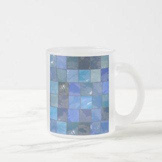 Diseño azul de las tejas del cuarto de baño taza de cristal