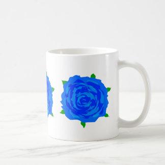Diseño azul de los rosas en la taza de café