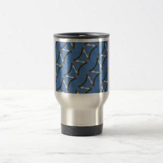 Diseño azul del caleidoscopio con la rama de árbol taza de viaje
