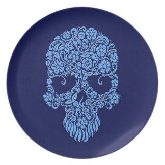 Diseño azul del cráneo de las flores y de las vide platos de comidas