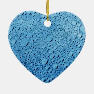 Diseño azul del fondo de los descensos del agua adorno de cerámica en forma de corazón