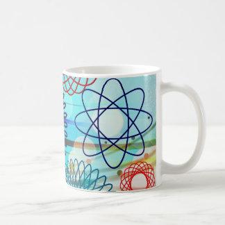 Diseño azul del modelo geométrico enrrollado del S Taza Básica Blanca