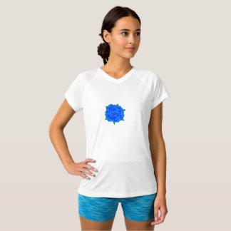 Diseño azul del rosa en la camiseta de las mujeres