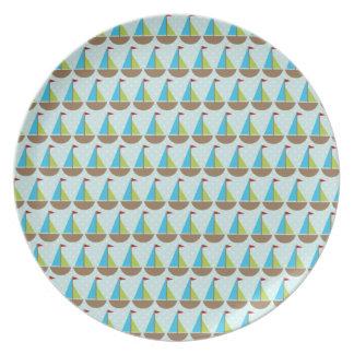 Diseño azul lindo del velero para los muchachos platos