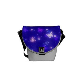 Diseño azul marino de las mariposas ligeras del re bolsa de mensajeria