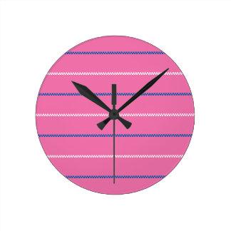Diseño blanco azul rosado hecho punto del modelo reloj redondo mediano