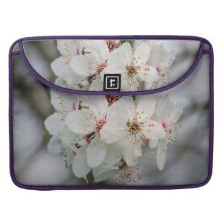 Diseño blanco de las floraciones de la cereza fundas para macbook pro