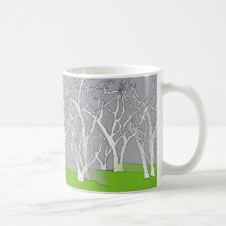 Diseño blanco del árbol en la taza del café/del té