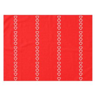 Diseño blanco del corazón en el rojo para el el mantel