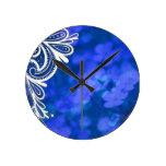 Diseño blanco del cordón de la flor azul elegante  reloj de pared