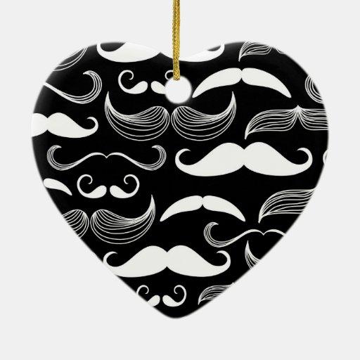 Diseño blanco divertido del bigote en negro adorno navideño de cerámica en forma de corazón