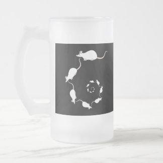 Diseño blanco lindo del ratón. Espiral de ratones Taza De Cristal