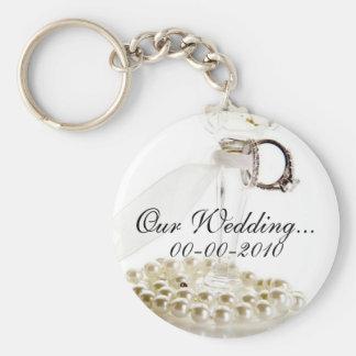 Diseño blanco romántico de las perlas del boda llavero redondo tipo pin
