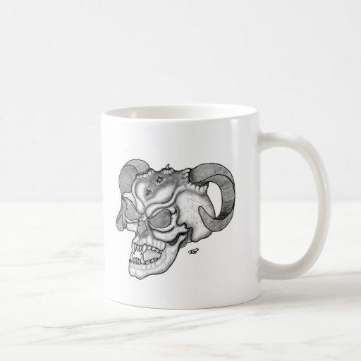 Diseño blanco y negro de la cabeza del diablo del  taza de café