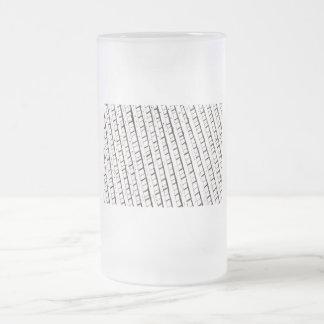 Diseño blanco y negro de la cerca del enrejado taza cristal mate