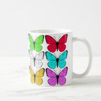 diseño blanco y negro de la mariposa taza clásica