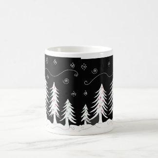 Diseño blanco y negro del árbol de navidad taza de café