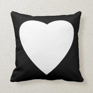 Diseño blanco y negro del corazón del amor cojin