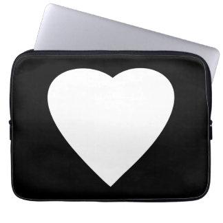 Diseño blanco y negro del corazón del amor fundas ordendadores