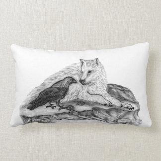 Diseño blanco y negro del lobo y del cuervo cojín lumbar