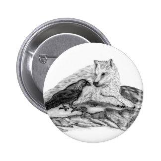 Diseño blanco y negro del lobo y del cuervo pin redondo de 2 pulgadas