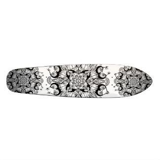 """Diseño blanco y negro del monopatín de la """"mandala skateboards"""