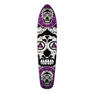 Diseño blanco y negro púrpura del estilo del cráne skate board