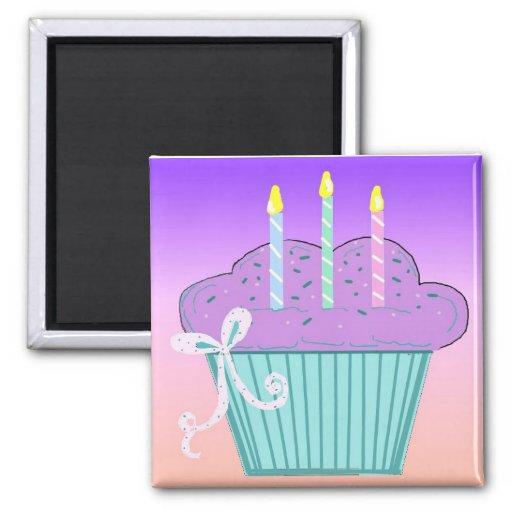 Diseño bonito de la magdalena del cumpleaños iman de frigorífico