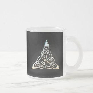 Diseño céltico del nudo de los espirales negros de taza cristal mate
