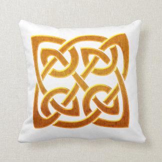 Diseño céltico irlandés de oro céltico D2 Almohadas